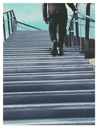A person walking down a railing persona-siguiendo-camino-community-manager.jpg.
