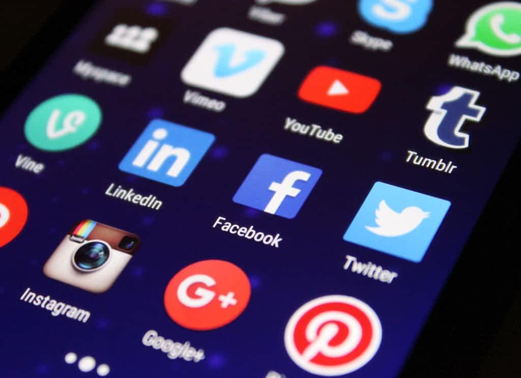 celular-redes-sociales.jpg.